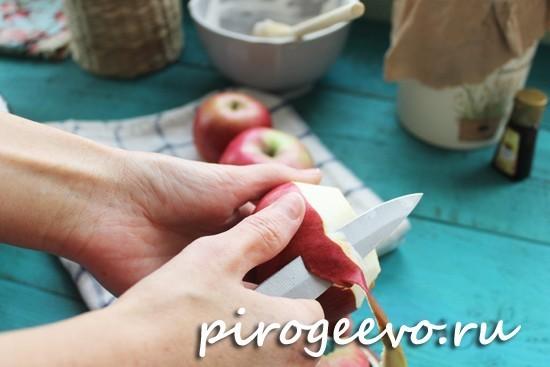 Очищаем яблоки от кожуры