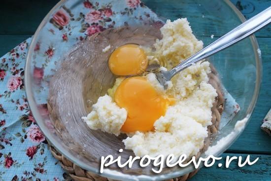 Вбить куриные яйца в смесь