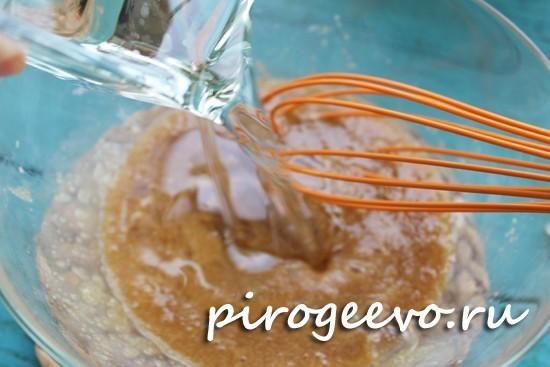Вливаем растительное масло в яйца с сахаром