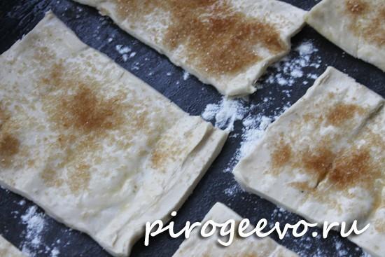 Посыпаем слойки из готового теста коричневым сахаром