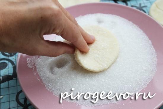 Обмакиваем заготовки печенья в сахар