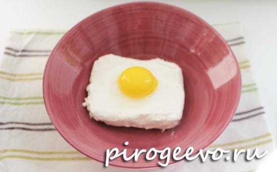 Разбиваем яйцо в творог