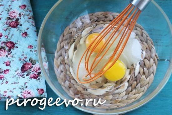 Смешиваем сахар с яйцами
