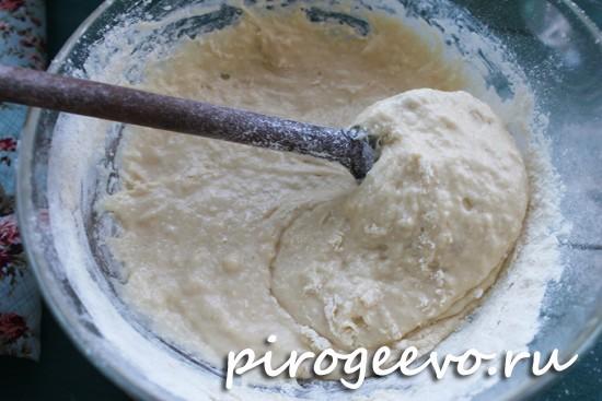 С помощью лопатки аккуратно перемешиваем тесто