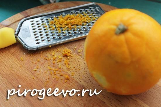 Натираем цедру апельсина с помощью терки