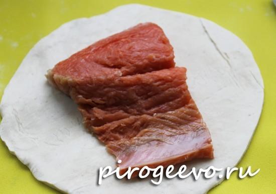 Красная рыба на тесте