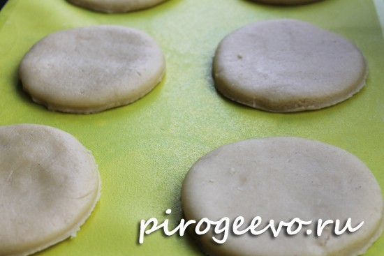 Круглые печенья готовы отправиться в духовку