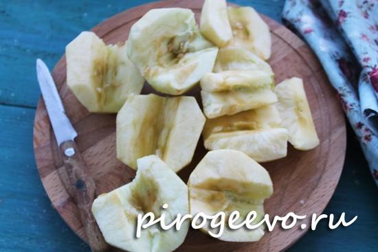 Яблоки очищаем от кожуры и сердцевинок