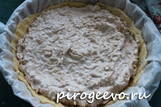 Распределяем яблочную начинку по всему пирогу