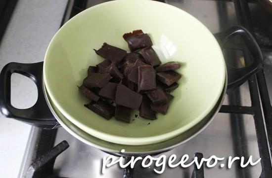Шоколад на водяной бане превращаем в однородную смесь