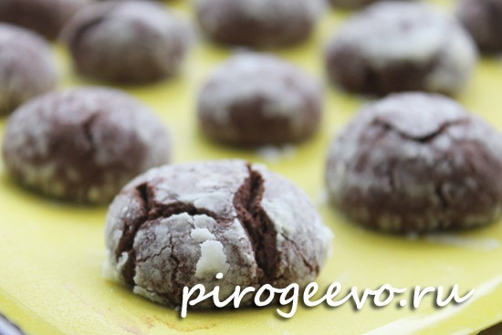 Шоколадное печенье с трещинками по домашнему рецепту готово