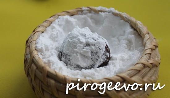 Обмакиваем каждый кусочек теста в сахарной пудре