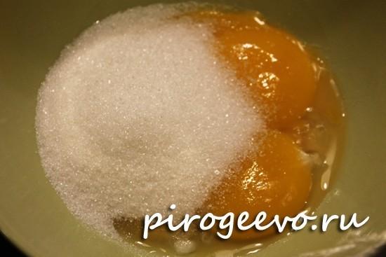 Желтки яиц смешиваем с сахаром
