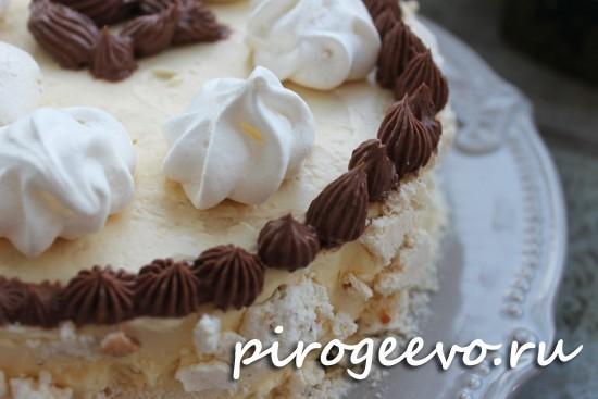 Украсить торт можно белыми без