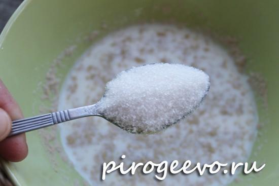 Сахарный песок добавляем в дрожжи