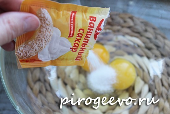 Добавляем ванильный сахар к яйцам