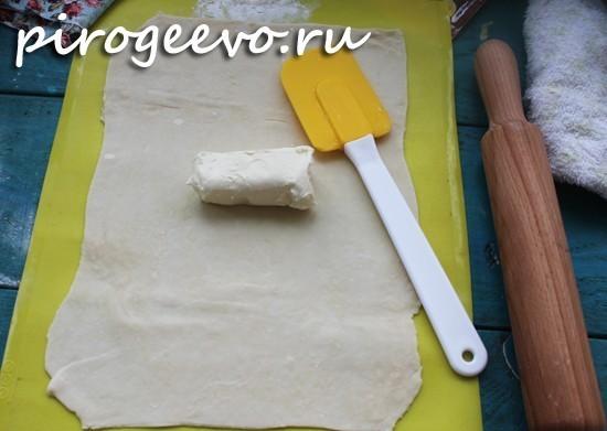 Выкладываем на раскатанный пласт теста сливочное масло