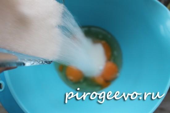 Добавляем в яйца сахар