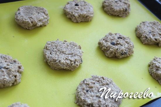 Формируем овсяное печенье с помощью ложки и выкладываем на противень