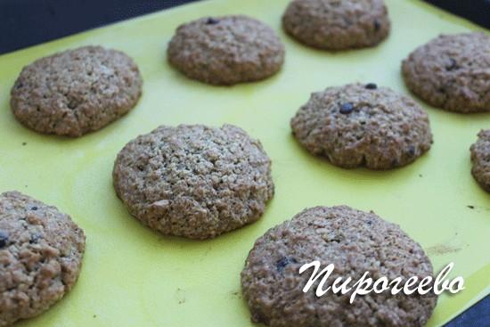 Овсяное печенье в духовке должно запекаться 10-12 минут