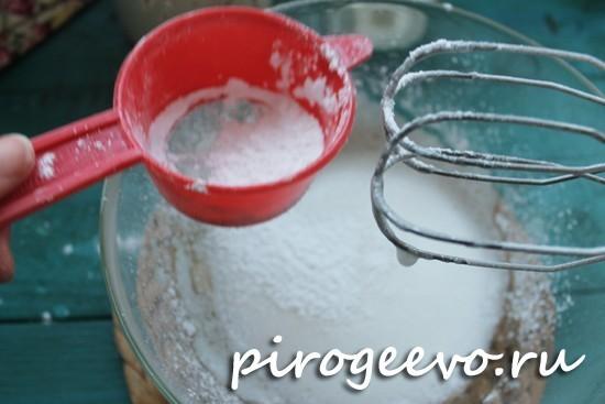 Просеиваем сахарную пудру во взбитые белки
