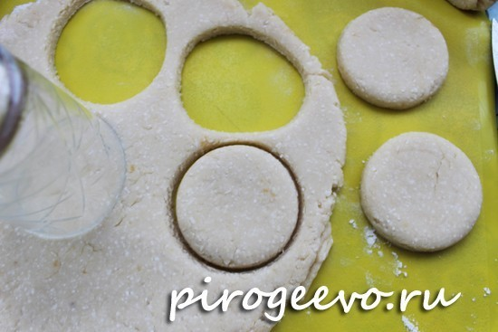 выдавливаем из теста стаканом печенье