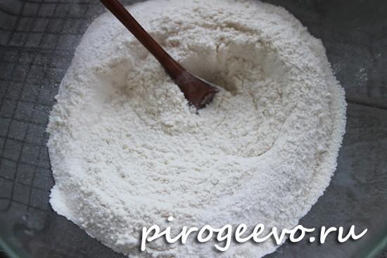 Перемешиваем смесь из сухих ингредиентах