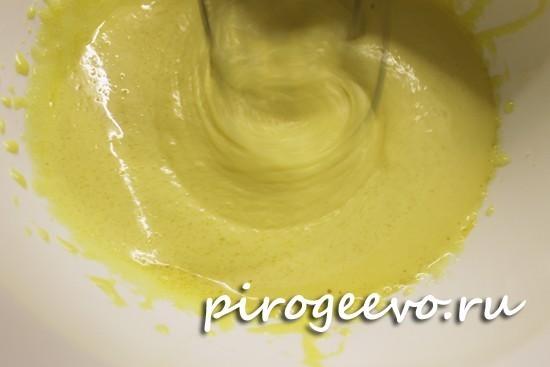 Желтки яиц взбиваем с сахаром в пышную массу