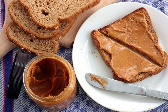 арахисовую пасту можно намазывать на бутерброды