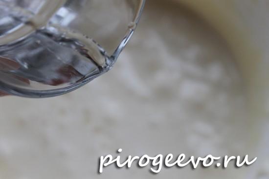 В тесто вливаем кипяток