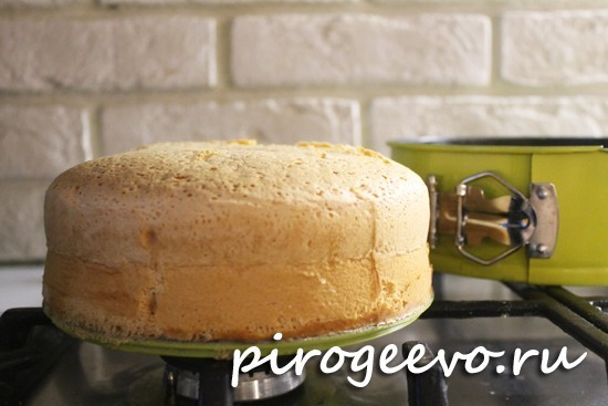 Ванильный бисквит на кипятке получается высоким