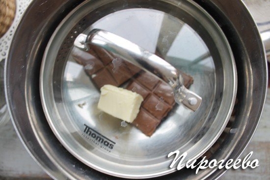 Сверху шоколад накрыть крышкой
