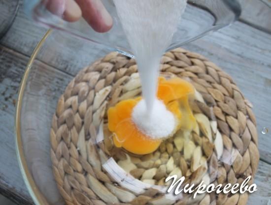 Разбиваем в миску яйцо