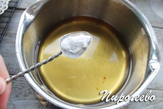 Добавляем в сотейник пищевую соду