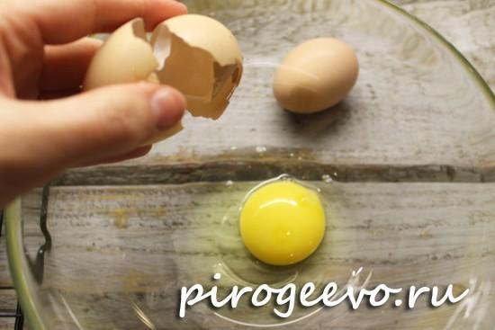 Разбиваем яйца в широкую миску