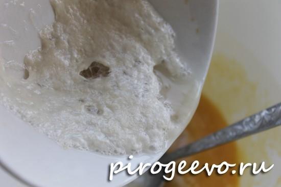 Дрожжевую опару выливаем в тесто