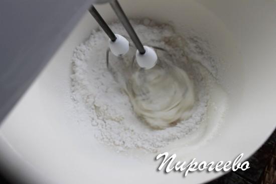 Взбиваем белок с сахарной пудрой для пасхальной глазури