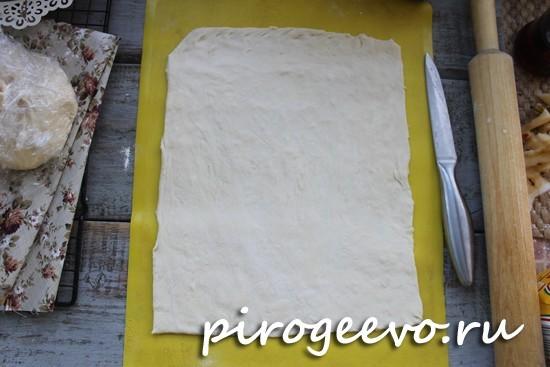 Раскатываем тесто как можно тоньше в прямоугольник