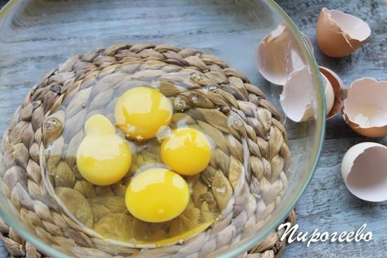 Яйца куриные разбиваем в миску