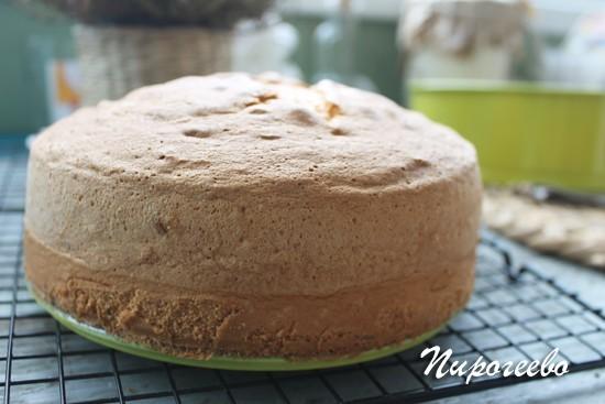 Вот какой пышный бисквитный пирог у нас получился