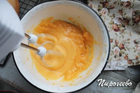 С помощью миксера взбиваем два желтка с сахаром