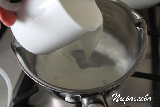 Нагреваем молоко до горячего состояния