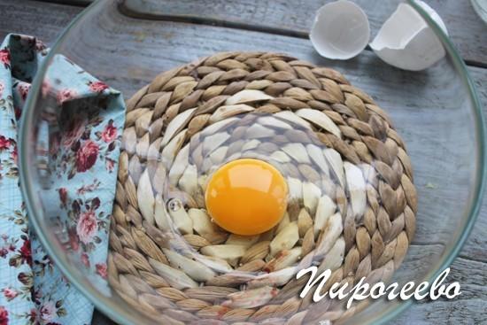Разбейте одно яйцо в миску