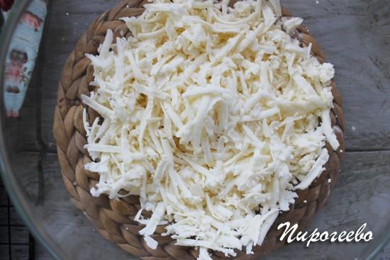 Твердый сыр натираем на крупной терке