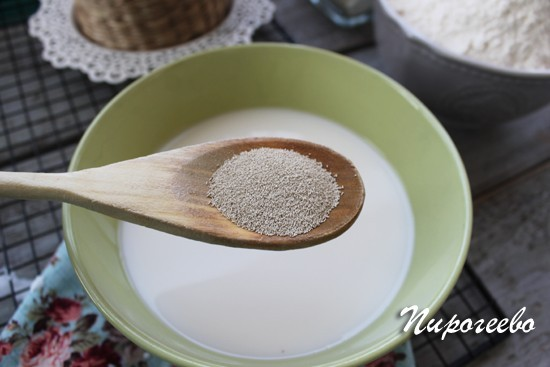 Добавляем сухие дрожжи в молоко