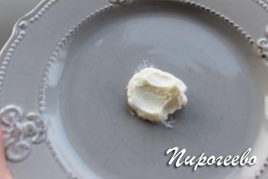 На дно тарелки кладем небольшое количество крема