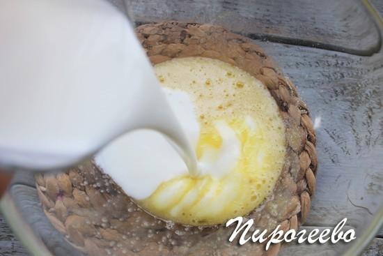 Наливаем кефир в размешанное яйцо