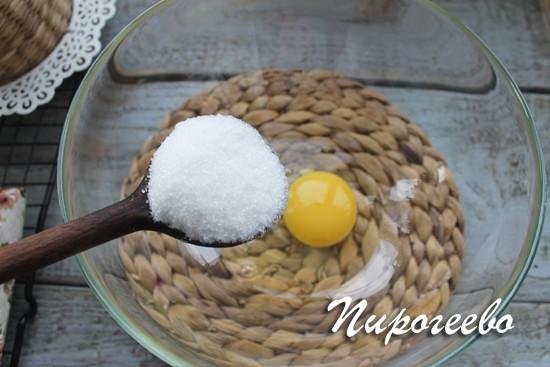 Разбить в миску яйцо, добавить сахар