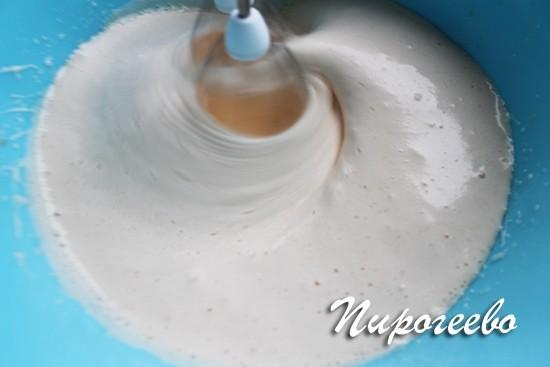 Яично-сахарная смесь должна превратится в пышную светлую пену