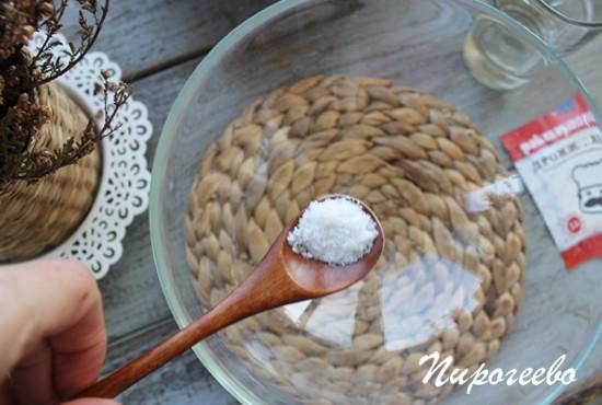 Накладываем соль в миску